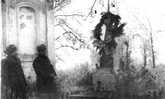 Сын М.Г Ефремова капитан Михаил Ефремов (слева) на могиле отца в д. Слободка