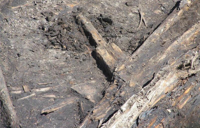 Уцелевшее крепление деревянной конструкции