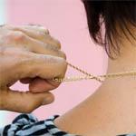 В Вязьме грабитель срывал золотые украшения с женщин