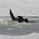 На Бознянском озере человек провалился под лед