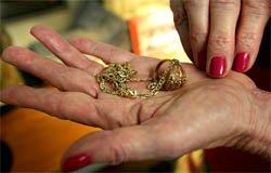 В Вязьме гадалка вместе с порчей сняла золото с жертвы