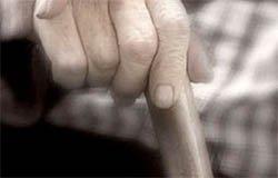 Пенсионер избил костылем свою сожительницу