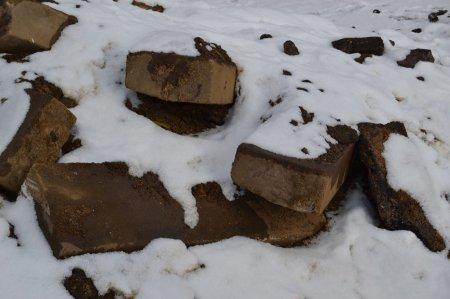 На ул. Полевой у пруда появилась куча строительного мусора