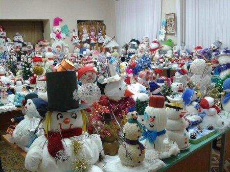 На станции Юных техников открыли выставку снеговиков