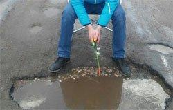 В Вязьме активисты ловили рыбу в ямах после ямочного ремонта