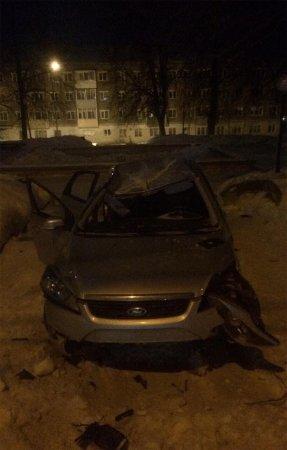 В Вязьме автомобиль в результате ДТП вылетел в парк Нахимова