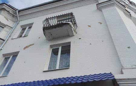 В центре города отвалился кусок балкона