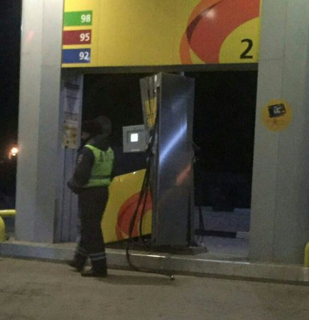 Сотрудники ДПС разломали бензоколонку на Ямской