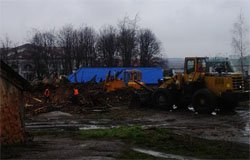 Власти Вязьмы начали разбирать разрушенные дома по ул. Дзержинского