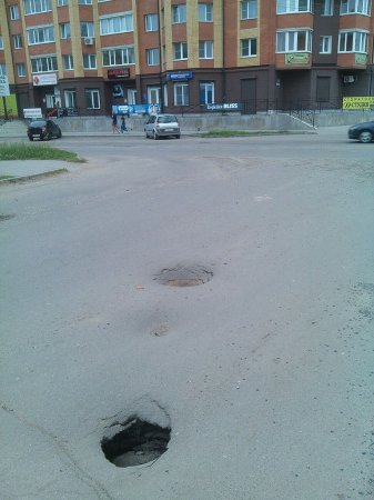 В районе военкомата образовалась яма ловушка
