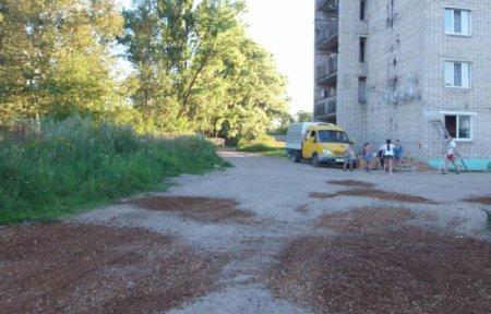 ООО «Наш дом» помогло жителям улицы Ленина подлатать дорогу