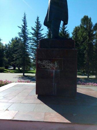 Памятник Ленину на Советской разрисовали неизвестные вандалы