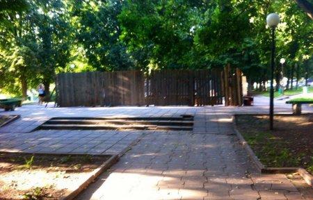 В Нахимовском сквере начался ремонт фонтана