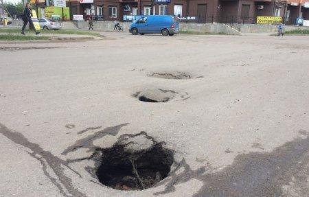 Провалы на центральных улицах Вязьмы никого не интересуют