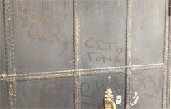 В Вязьме на двери храма появилась надпись: «Бога нет, есть только деньги»
