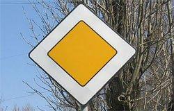 На перекрестке по улице Кашена изменили приоритет движения автотранспорта
