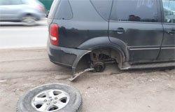 На вяземских дорогах машины начали терять колеса
