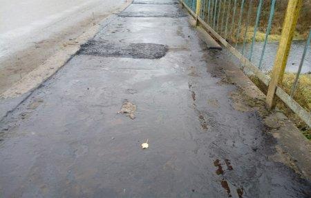 СмоленскАвтодор ремонтирует мост во время дождя