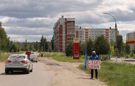 Активисты ЛДПР провели одиночные пикеты на заправках
