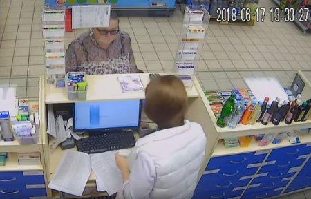 В аптеке на ул. Строителей на камеру попала мошенница