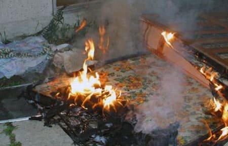 На ул. Строителей пожарные тушили постельные принадлежности