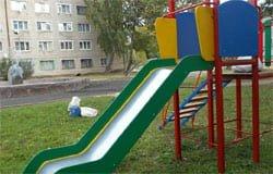 Рядом со слоником начался монтаж детской площадки