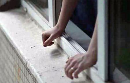 На Юбилейной из окна пятого этажа выпала девочка