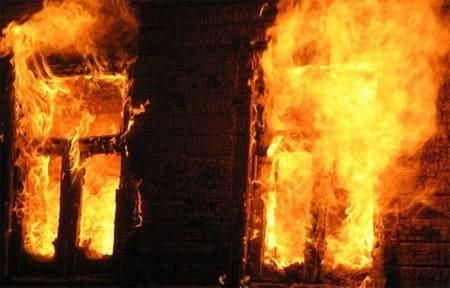 На улице Алексеевской сгорел дом