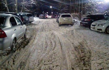 В центре города снежная каша и открытый канализационный люк