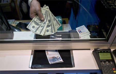 Безработным хотят запретить покупать валюту