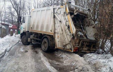 Напротив ГИБДД мусоровоз съехал с ледяной дороги