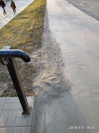 Вяземские коммунальщики начали прятать зимнюю пыль в газоны