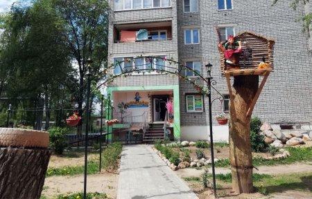 Спиленные деревья на ул. Полины Осипенко стали предметом декора