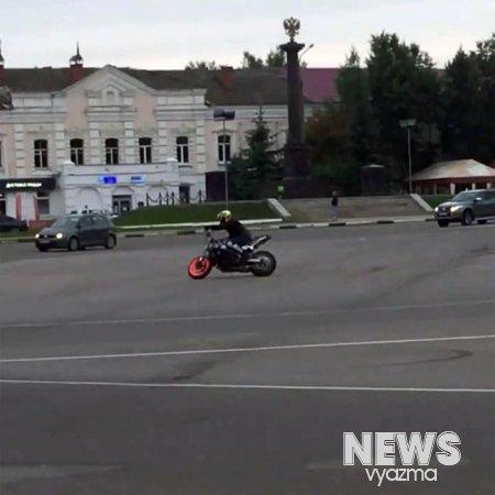 Видео с лихачем байкером на Советской площади попало в сеть