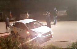 Таксист влетел в припаркованный автомобиль. Таксист был пьян