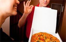 Молодая пара пыталась расплатиться фальшивкой с доставщиком пиццы