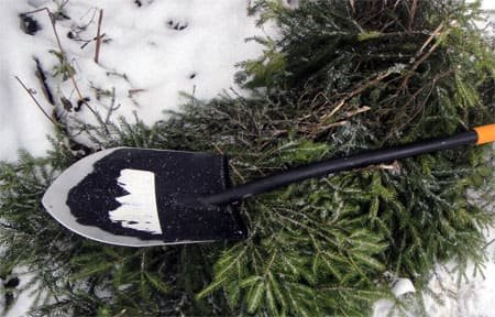 Жительница Вяземского района угрожала убить соседа штыковой лопатой