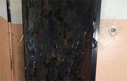 В микрорайоне Березы подожгли входную дверь одной из квартир
