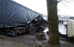 На 210 километре М-1 Газель врезалась в фуру, водитель погиб