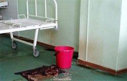В хирургии Вяземской ЦРБ больную чуть не убило куском штукатурки