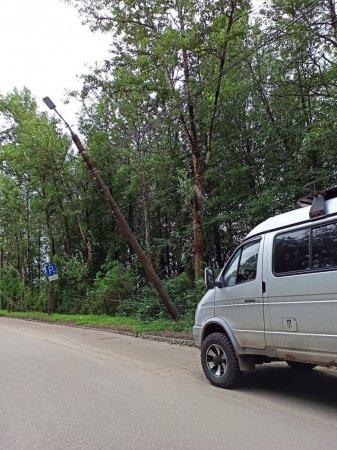 Напротив Машзавода повесился электрический столб