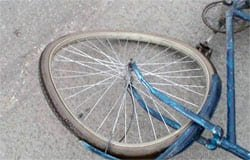 В Страховом переулке автоледи сбила велосипедиста