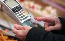 В Вязьме пенсионер расплатился чужой банковской картой