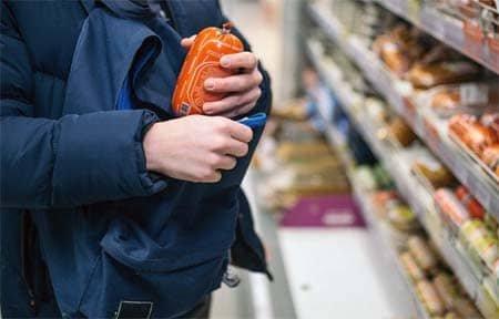 Двое вязьмичей попались на краже продуктов из магазина